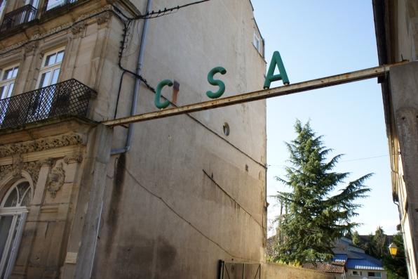 Le CSA indiqué depuis la rue de l'Arquebuse