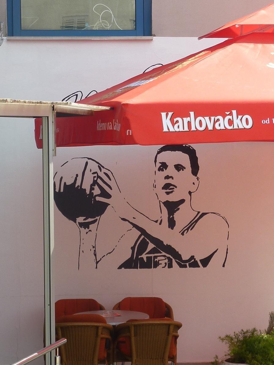 Drazen peint sur les murs d'un bar proche du terrain