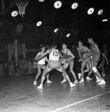 Notez les lampes qui éclairent le terrain! RCMT-Tours, 30 septembre 1961 - André Cros – Ville de Toulouse, Archives municipales, 53Fi642