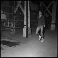 Louis Bertorelle derrière les gradins de la salle, 11 octobre 1958 - André Cros – Ville de Toulouse, Archives municipales, 53Fi6575