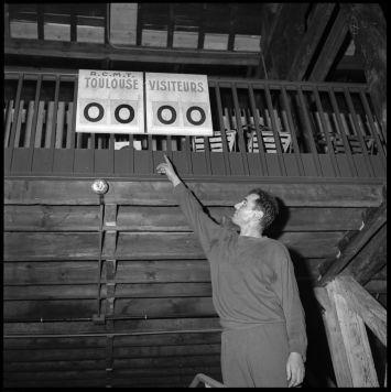 Le panneau d'affichage de la salle, 28 janvier 1960 - André Cros – Ville de Toulouse, Archives municipales, 53Fi6584