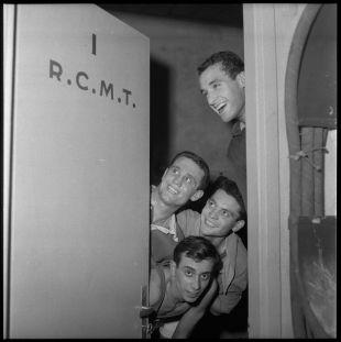 La porte du vestiaire, avec les joueurs du RCMT, 28 janvier 1960 - Photo André Cros – Ville de Toulouse, Archives municipales, 53Fi6586