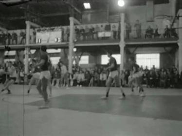 Les spectateurs debout dans les balcons - Photo INA