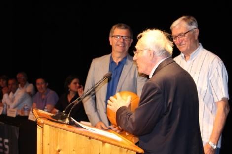 Gérard Bosc et Dominique Fouchier, Maire de Tournefeuille remettent la récompense à André Souvré