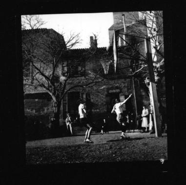 Un match joué dans la cour de la paroisse de la Cathédrale St Etienne à Toulouse